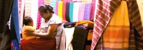 Mujer con bebé y textiles